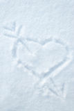 Het hart en de pijl trekken op smow Stock Afbeelding