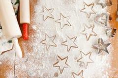 Het hart en de ster vormden koekjessnijders door professionele onbekende kok, deegrollen voor het maken van dun deeg worden gemaa royalty-vrije stock afbeeldingen