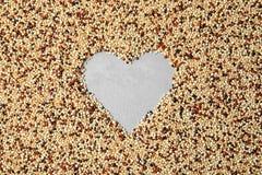Het hart gaf kader van gemengde quinoa zaden op lichte achtergrond, hoogste mening gestalte royalty-vrije stock afbeeldingen