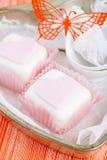 Het hart gaf roze cupcakes in tindienblad met gestalte lepels stock foto's