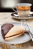 Het hart van de cake met jam en chocolade voor valentijnskaart-Dag Stock Foto's