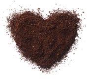 Het hart van de grondkoffie op witte dichte omhooggaand wordt geïsoleerd die als achtergrond royalty-vrije stock afbeeldingen