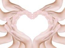Het hart van de liefde maakt door geïsoleerdee hand. Stock Afbeeldingen