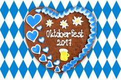 Het hart 2017 van de Oktoberfestpeperkoek op witte blauwe Beierse vlag B Stock Foto's