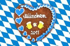 Het hart 2017 van de Oktoberfestpeperkoek op witte blauwe Beierse vlag B Stock Foto