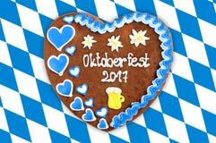 Het hart 2017 van de Oktoberfestpeperkoek op witte blauwe Beierse vlag B Stock Afbeeldingen