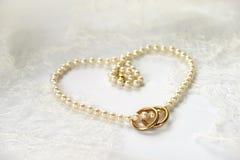 Het hart van de parelhalsband met gouden ringen Stock Afbeelding