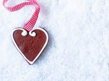 Het hart van de peperkoek op sneeuw royalty-vrije stock afbeeldingen
