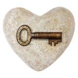 Het hart van de steen met een uitstekende die sleutel op wit wordt geïsoleerd Royalty-vrije Stock Foto