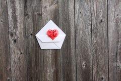 Het hart van de valentijnskaart op envelop Royalty-vrije Stock Fotografie