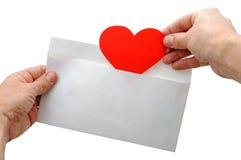 Het hart van de valentijnskaart zette in envelop stock afbeelding