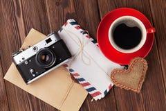 Het hart van de valentijnskaartendag, camera, koffiekop en brieven Royalty-vrije Stock Foto