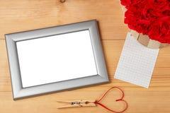 Het hart van de valentijnskaartendag gaf rood lint en lege fotokaders gestalte Royalty-vrije Stock Foto