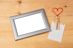 Het hart van de valentijnskaartendag gaf rood lint en lege fotokaders gestalte Stock Afbeelding