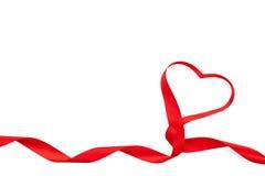 Het hart van de valentijnskaartendag vormde rood lint royalty-vrije stock afbeelding