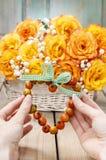 Het hart van de vrouwenholding dat van rozebottel wordt gemaakt, Stock Fotografie