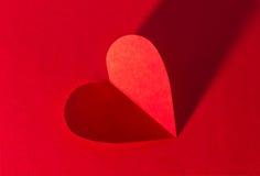 Het hart van het document op rode achtergrond Stock Foto's