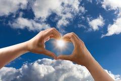 Het hart van het liefdesymbool in de hemel Stock Afbeelding