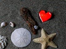Het hart van Valentine ` s amonst andere strandschatten Royalty-vrije Stock Afbeeldingen