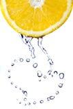 Het hart van water daalt op citroen die op wit wordt geïsoleerd? Stock Fotografie