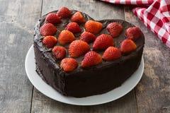 Het hart vormde cake voor de Dag van Valentine ` s of moeder` s dag op houten achtergrond Stock Foto