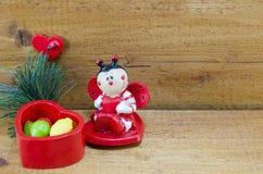 Het hart vormde ceramische doos en een lieveheersbeestjeornament Royalty-vrije Stock Afbeelding