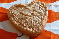 Het hart vormde gebakken cake die enkel alvorens te berijpen en decirating koelen Royalty-vrije Stock Afbeelding