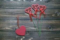 Het hart vormde houten bloemen en rood houten hart Symbolen van de dag van Liefdevalentine Royalty-vrije Stock Foto's