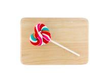 Het hart vormde kleurrijke lolly op houten dienblad, witte achtergrond Stock Afbeelding