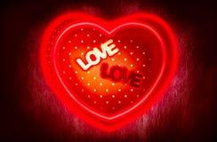 Het hart-vormige giftvakje en het middenvakje van de tekstliefde met magisch horen Stock Fotografie