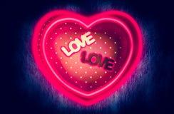 Het hart-vormige giftvakje en het middenvakje van de tekstliefde met magisch horen Royalty-vrije Stock Foto's
