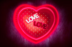 Het hart-vormige giftvakje en het middenvakje van de tekstliefde met magisch horen Stock Foto's