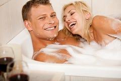 Het hartelijke paar baden Stock Foto