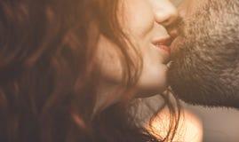 Het hartelijke paar kussen met liefde stock foto's