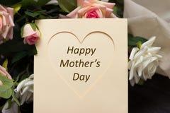 Het hartkaart van de moedersdag met rustieke rozen op houten raad Royalty-vrije Stock Afbeeldingen