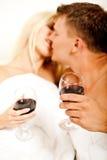 Het hartstochtelijke echtpaar kussen Stock Afbeeldingen