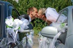 Het hartstochtelijke echtpaar kussen Stock Foto