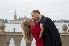 Het hartstochtelijke paar kussen Royalty-vrije Stock Fotografie