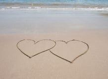 Het hartsymbolen van de liefde in zand op tropisch strand Stock Foto