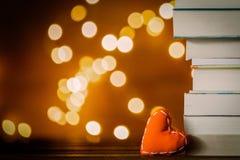 Het hartvorm van de Kerstmisgift en stapel van boeken royalty-vrije stock afbeeldingen