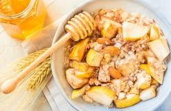 Het havermeel van de havermoutpapkom met fruit gezond ontbijt op zonnige ochtendlijst Stock Foto's