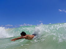 Het Hawaiiaanse mens bodysurfing Stock Foto