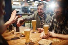 Het hebben van bier in bar stock afbeeldingen