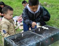 Het hebben van een picknick in shengzhongmeer in Sichuan, China Stock Foto's