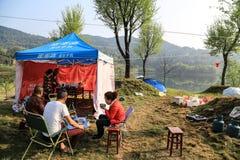 Het hebben van een picknick in shengzhongmeer in Sichuan, China Stock Foto