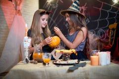 Het hebben van Pret bij Halloween-Partij stock foto