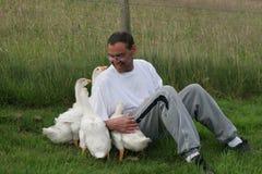Het hebben van Pret met de Vogels Stock Foto