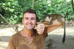 Het hebben van pret met een groep apen royalty-vrije stock afbeeldingen