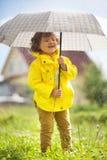 Het hebben van pret onder de regen, emotioneel meisje Royalty-vrije Stock Afbeelding