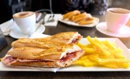 Het hebben van sandwich met iberico van jamà ³ n met Spaanse churros en heet royalty-vrije stock fotografie